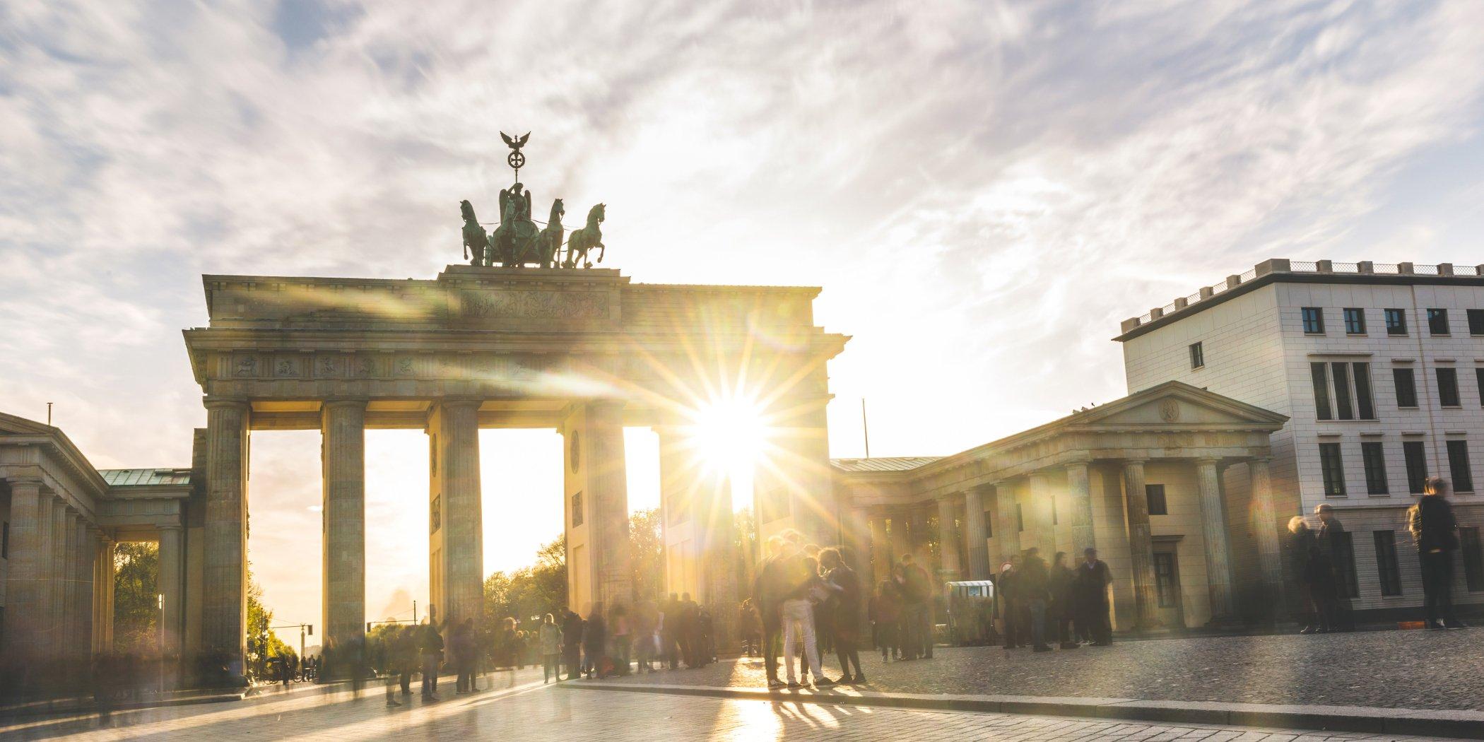 Sonnenstrahlen scheine durch das Brandenburger Tor